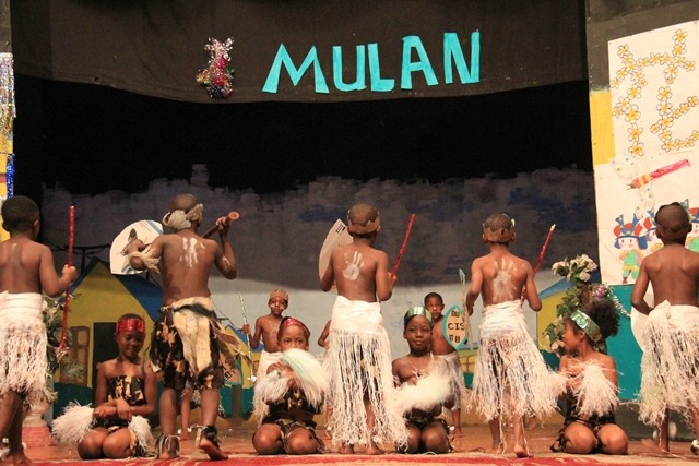 Students from The Zambia Chinese International School perform a local dance during a drama performance in Lusaka, capital of Zambia, Nov. 21, 2015. The drama was based on a Chinese legend: A young woman named Hua Mulan who disguised herself as a man to join the army in order to stand for the duty of her old and ailing father. (Xinhua/Du lisha)