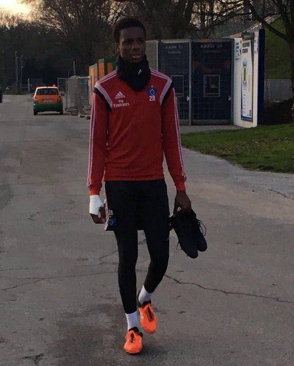 Gideon Jung walking to Hamburg training