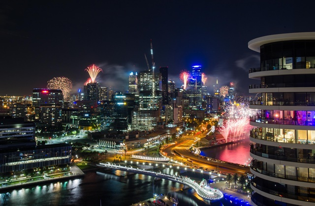 Photo taken on Dec. 31, 2015 shows the fireworks lighting up the sky during New Year's Eve celebration on the riverside of Yarra River in Melbourne, Australia. (Xinhua/Bai Xue)