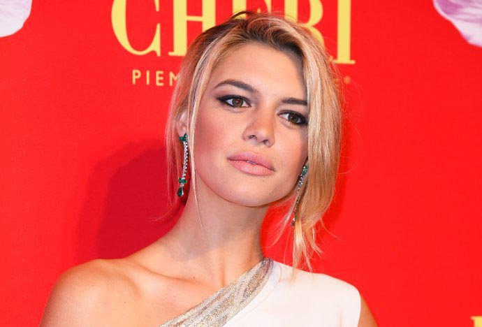 baywatch-movie-casts-kelly-rohrbach-in-pamela-anderson-s-role