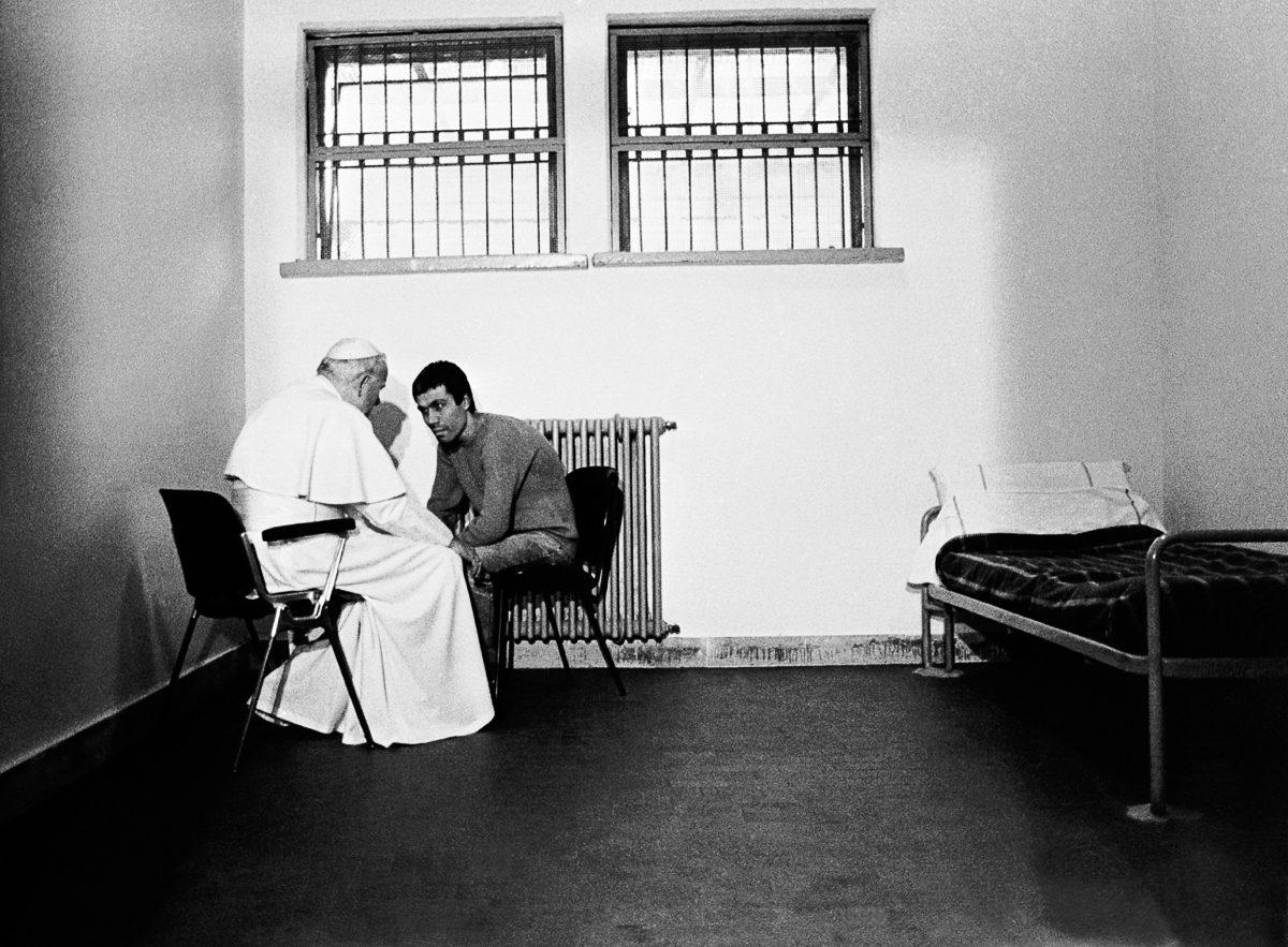 December 28, 1983. Pope JOHN PAUL II in a cell of the Rebbibia prison in Rome speaking with the Turkish terrorist, Mehmet ALI AGCA, who tried to assassinate him on May 13, 1981, apparently for the Bulgarian and Soviet security services The Pope is thought to have pardoned him. Mehmet ALI AGCA was a collaborator of Abdullah CATLI, one of the heads of a Turkish Mafia organization called the Gray Wolves. Mehmet ALI AGCA was sentenced to life imprisonment but was pardoned in the year 2000. Le 28 décembre 1983, dans une cellule de la prison Rebbibia à Rome, le pape JEAN PAUL II parle avec le terroriste turc, Mehmet ALI AGCA qui avait tenté de l'assassiner le 13 mai 1981 pour le compte des services de sécurité bulgares et soviétiques, semble-t-il. Le pape lui aurait accordé son pardon. Mehmet ALI AGCA était un proche d'Abdullah CATLI, un des piliers d'une organisation mafieuse turque, les LOUPS GRIS. Condamné à la réclusion criminelle à perpétuité, Mehmet ALI AGCA est grâcié en 2000.