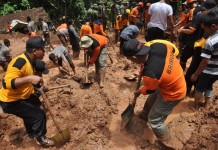 Rescuers search for missing people after a landslide at Suwonong village, Purworejo, Central Java, Indonesia, on Feb. 6, 2016. Five bodies have been recovered and two other persons are still missing after a landslide hit Purworejo district of Central Java on Friday, rescuers said here Saturday. (Xinhua/Zain Firmansyah)