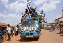 Supporters of Uganda's opposition Presidential Candidate Kizza Besigye of Forum for Democratic Change Party campaign along the streets of Busia town, Uganda, Feb. 17, 2016. Uganda's general elections will be held on February 18, 2016. (Xinhua/Allan Mutiso)