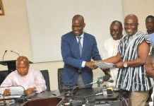 Mr Haruna Iddrisu (left) exchanging the signed notes with Mr David Ofori Acheampong, the General Secretary of GNAT. Those with them are Alhaji Baba Jamal, the Deputy Minister of Employment and Labour Relations, and Mr Samuel Okudzeto Ablakwa, (seated left), a Deputy Minister of Education - See more at: http://www.graphic.com.gh/news/general-news/59000-govt-teachers-clinch-deal