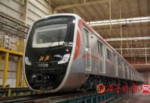 A driverless subway train rolled off the production line in east China's Shandong Province on Friday. [www.qlwb.com.cn]