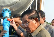 PHNOM PENH, April 26, 2016 (Xinhua) -- Cambodian Prime Minister Hun Sen (L, front) delivers drinking water to villagers from drought-hit area in northwestern Banteay Meanchey Province, Cambodia, April 26, 2016. Hun Sen on Tuesday ordered authorities at all levels to focus mainly on distributing water to people, as the country was being severely hit by drought. (Xinhua/Sovannara)