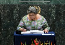 Foreign Minister of Ghana Hanna Tetteh signs the Paris climate agreement at the United Nations headquarters in New York, April 22, 2016. The landmark Paris climate pact opened for signatures by leaders from 171 countries Friday morning, marking the first step toward the pact's entry into force. Leaders from at least 175 countries have signed the landmark Paris Agreement on climate change here, marking the first step toward the pact's entry into force. (Xinhua/Li Muzi)