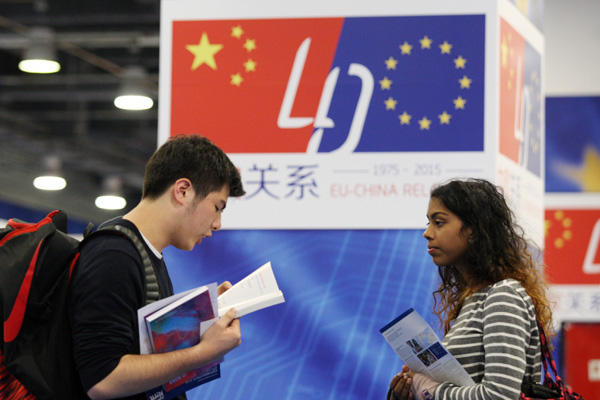 A student attends the 2015 China Education Expo in Beijing, Oct 25, 2015. [Photo by Wang Zhuangfei/China Daily]