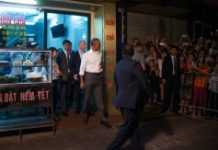 AFP / Jim Watson US President Barack Obama (C) departs after eating dinner at Bun cha Huong Lien with CNN's Anthony Bourdain in Hanoi