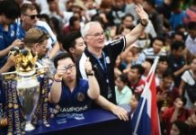 AFP / Lillian Suwanrumpha Leicester City manager Claudio Ranieri (right) waves to Thai supporters during an open-bus parade in Bangkok on May 19, 2016