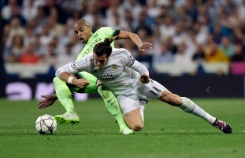 AFP / Javier Soriano Manchester City's midfielder Fernando (L) vies with Real Madrid's forward Gareth Bale during the UEFA Champions League semi-final second leg football match in Madrid, on May 4, 2016