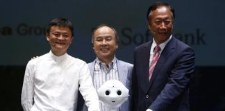 """Jack Ma (L), Chairman of the Board of Alibaba Group, Softbank's president Masayoshi Son, and Terry Gou (R), founder and chairman of Foxconn, pose for photo with a humanoid robot """"Pepper"""" during the Softbank's press conference in Chiba, Japan, June 18, 2015. [Photo/Xinhua]"""