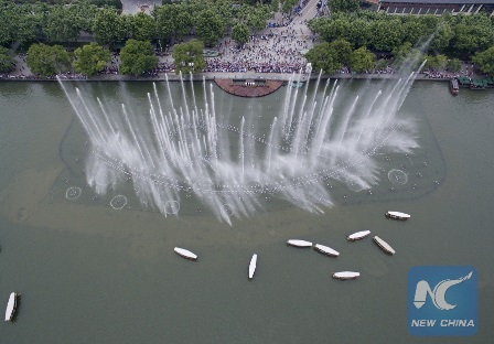 Tourists view a fountain in Hangzhou, capital of east China's Zhejiang Province, May 24, 2016. Hangzhou has been massively upgrading the city's infrastructure with such improvements as repaving roads, expanding its subway system and dredging waterway for the G20 summit over the last couple of years. (Xinhua/Huang Zongzhi)