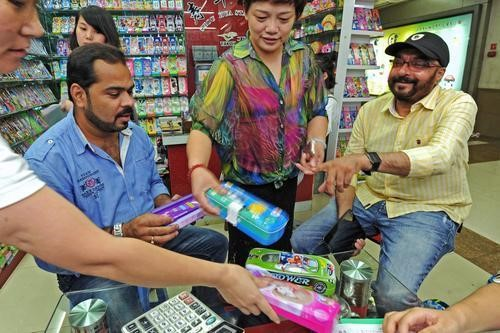 Aug.3, 2016, on Yiwu International Trade City, customer from Inida is discussing stationary business with the shopkeeper. (Xinhua)