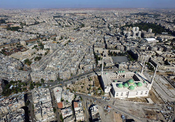 A general view taken with a drone shows a mosque where forces loyal to Syria's President Bashar al-Assad are stationed in Aleppo's government-controlled area of al-Masharqa, Syria October 20, 2016. [Photo/Agencies]