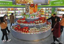 People select agricultural products in Yiwu, east China's Zhejiang Province, Jan. 3, 2017. (Xinhua/Tan Jin)