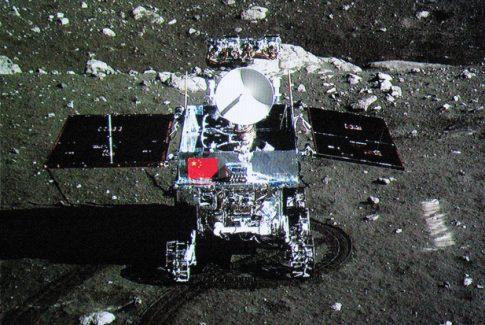 Robotic lander of Chang'e-3 takes photo of the lunar rover