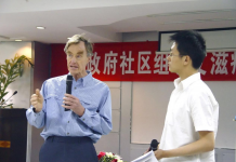 Roger Detels, a 2016 Friendship Award winner, also a professor in the Department of Epidemiology at University of California at Los Angeles, gives a lecture to Chinese students. (Photo from State Administration of Foreign Experts Affairs)