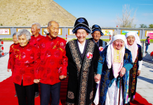 "Photo taken on October 9, 2016 shows a ""golden anniversary"" celebration held in Barkol county of Xinjiang Uygur Autonomous Region to mark the Double Ninth Festival, a traditional Chinese festival to pay respect to the seniors. A total of 12 pairs of couples from Han and Kazak ethnic groups celebrate the day in romantic atmosphere. (Photo by People's Daily)"