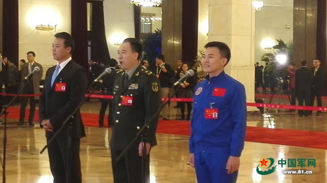 Jing Haipeng (center), the astronaut who has been on three Chinese space missions and a delegate at the 19th National Congress of the CPC, meets the press at the Great Hall of the People in Beijing on October 18. (Photo: China Military website)