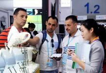 Buyers and exhibitors talk about a product during the 122nd China Import and Export Fair. (Photo from the official website of the Canton Fair)