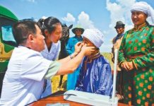 A medical team is providing treatment for herdsmen in a pasturing area of Abaga Banner, the Inner Mongolia Autonomous Region. (Photo by Wu Yong from People's Daily)