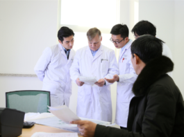 German professor Nashan makes a diagnosis for a patient and answers his questions about his health conditions at Anhui Provincial Hospital, Jan. 12, 2018. Nashan used to be president of the European Society for Organ Transplantation, director of the hepatobiliary surgery department and liver and kidney transplant center of the University Hospital Hamburg. (Photo from anhuinews.com)