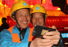 Workers share their photos online via mobile phones on a lantern fair during the past Lantern Festival in Wuhan, central China's Hubei province. (Photo from People's Daily)