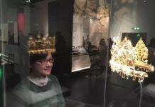 """A female visitor """"tries on"""" a gold crown in a virtual mirror. (Photo from the official website of Chengdu Museum)"""