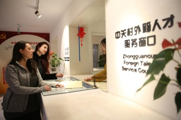 A service counter is set up on September 20, 2017, to offer efficient one-stop services for foreign talents. (Photo from z-innoway.com)