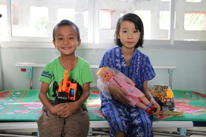 Photo shows two of the children who received treatment from the medical program in the third batch. (Photo by Lin Rui/People's Daily)