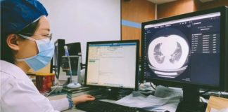 Doctors check the CT image of a patient's lungs at Tongji Hospital in Wuhan, capital of central China's Hubei Province. (Photo from infervision.com)