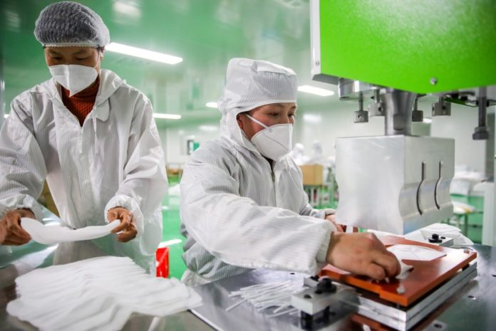 On March 9, 2020, in Zhuo Ruihua Medical Devices Co., Ltd., Xiajiang County, Ji'an City, Jiangxi Province, workers are producing masks. (Chen Fuping/People's Daily online)