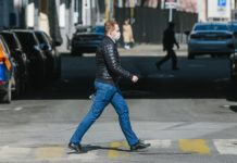 A man wearing face mask walks on the street in Moscow, Russia, April 9, 2020. Russia's COVID-19 cases grew by a new daily record of 1,459 in the last 24 hours to reach 10,131 on Thursday, covering most regions of the country, official data showed. The death toll rose to 76 from the previous day's 63, and 698 people have recovered, including 118 in the last 24 hours, Russia's coronavirus response center said in a statement. (Xinhua/Evgeny Sinitsyn)