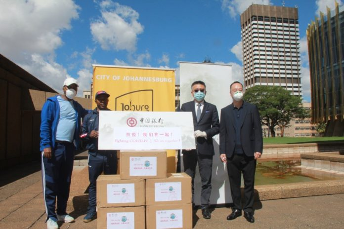 On April 15th, Bank of China Johannesburg Branch donated medical protective materials to the city of Johannesburg, South Africa Photo: Wanyu / People's Daily