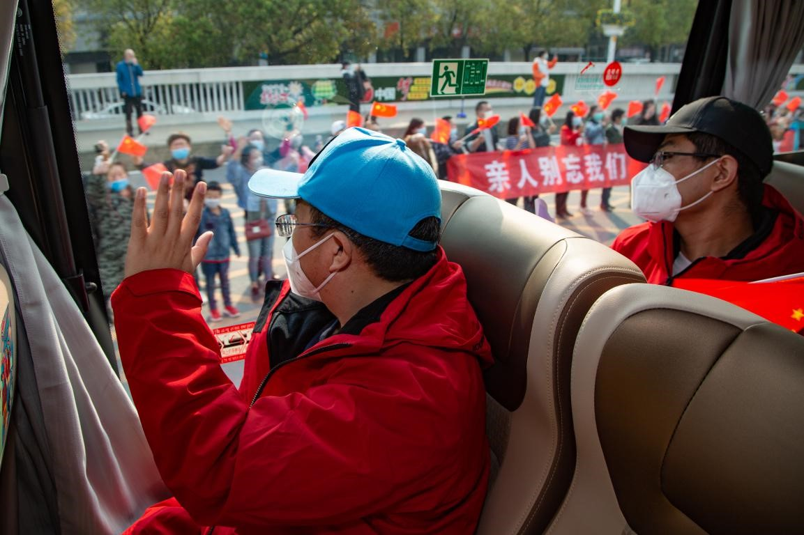 Citizens of Xiangyang, central China's Hubei province see off medics departing the city, March 21, 2020. Yang Dong/People's Daily Online