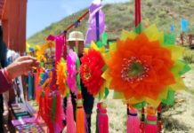 Tourists buy local souvenirs in Shibei village, Northwest China's Qinghai Province. (Photo from www.qhlingwang.com)
