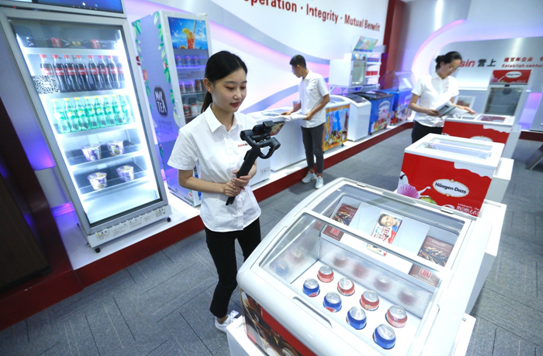 A salesperson of Qingdao Essin Electrical Appliances Co., Ltd.atBei'anstreet, Jimo district, Qingdao city, east China's Shandong province, promotesrefrigeratorsdesigned for Africanandother overseas marketsviaa live-streaming platform of Canton Fair, June 15.(Photo by Liang Xiaopeng/People's Daily Online)