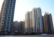 Cars pass by a housing block in Binzhou, Shandong province, Feb 4, 2016. [Photo/IC]
