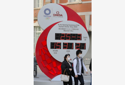 TOKYO, March 25, 2020 (Xinhua) -- People wearing masks walk past a countdown clock no longer showing the days left until the opening ceremony of Tokyo Olympic Games in Tokyo, Japan on March 25, 2020. Organizers of the Tokyo Olympic Games (Tokyo 2020) will set up task force to resolve the issues arising after the postponement of the Olympic and Paralympic Games. (Xinhua/Du Xiaoyi)