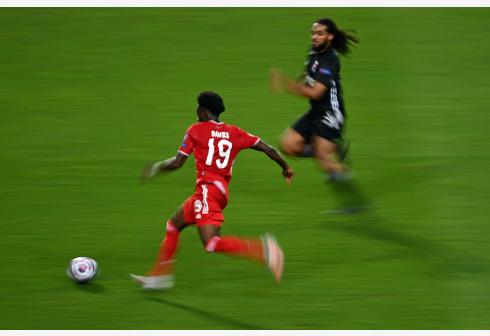 Alphonso Davies(Front) of Bayern Munich runs with the ball during the UEFA Champions League Semi Final match between Olympique Lyonnais and Bayern Munich at Estadio Jose Alvalade in Lisbon, Portugal on Aug. 19, 2020. (Photo by Michael Regan/UEFA via Xinhua)