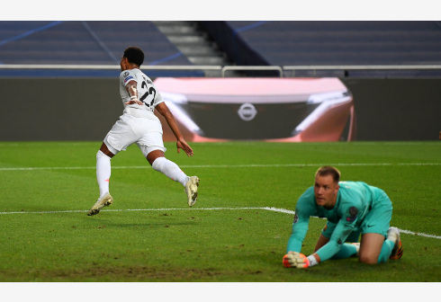 Serge Gnabry (L) of Bayern Munich celebrates after scoring his team's third goal as Marc-Andre ter Stegen of Barcelona fails to catch the ball during the 2019-2020 UEFA Champions League quarterfinal match between Bayern Munich and Barcelona in Lisbon, Portugal, Aug. 14, 2020. (UEFA/Handout via Xinhua)