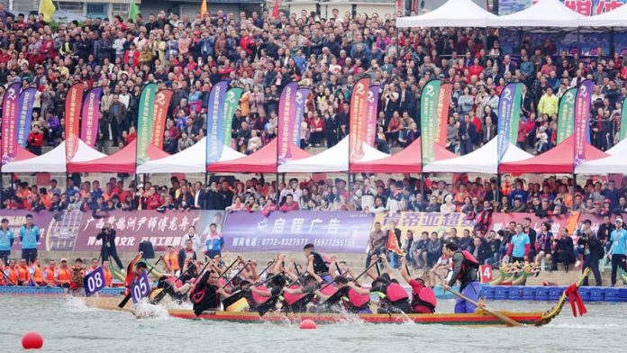 Photo taken on October 10 shows a dragon boat competition in Rong'an county, south China's Guangxi Zhuang autonomous region. (Photo by Gao Dongfeng/People's Daily Online)