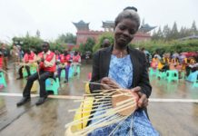 """A Ghanaian woman shows bamboo weaving skills she has learnt in Qingshen county, dubbed as """"International Bamboo City"""" in southwest China's Sichuan province, Oct. 12, 2016. (Photo by Yao Yongliang/People's Daily Online)"""
