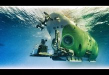 China's deep-sea manned submersible Fendouzhe dives into the water. (Photo/Chinese Academy of Sciences)