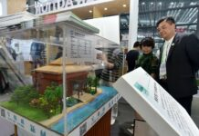 A model of an environmentally friendly log cabin is exhibited at the 15th International Conference on Green and Energy-efficient Building and New Technologies and Products Expo in Shenzhen, south China's Guangdong province on April 3. (Photo by Zhuang Wenbin/People's Daily Online)