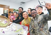 Foreign students of Jiangsu University of Science and Technology making dumplings with residents in Zhenjiang, east China's Jiangsu province, to celebrate the Winter Solstice Festival, or Dongzhi on Dec. 21. (Photo/Shi Yucheng)