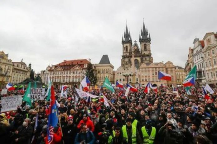 Demonstrators protesting the Czech government's restrictions shout slogans, as the spread of the coronavirus disease (COVID-19) continues, at the Old Town Square in Prague, Czech Republic January 10, 2021. REUTERS/David W Cerny reuters_tickers