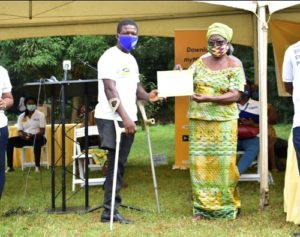 Mrs Nabilla Williams Board Member Of Mtn Ghana Foundation Presenting A Certificate To A Beneficiary At The Commissioning