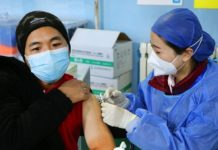 A citizen is vaccinated at a vaccination site in Zhongguancun, Haidian district of Beijing, Jan. 8, 2021. (Photo by Guo Junfeng/People's Daily Online)